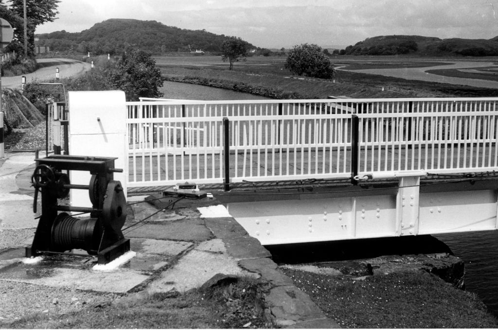 Operating winch, Crinan Canal.