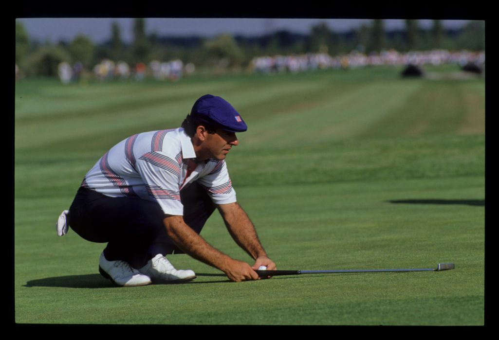Chip Beck using his putter as a straight line guide at the 1989 Ryder Cup