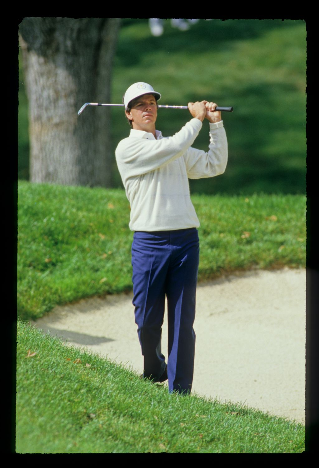 Larry Mize choking down a wedge for a bunker shot at the 1987 Ryder Cup