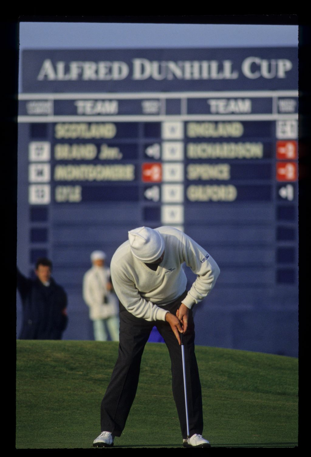 Steven Richardson putting on the way to victory at the 1992 Dunhill Cup
