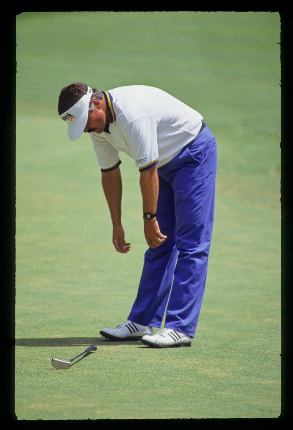 Scott Simpson with hands on his knees looking at his dropped putter during the 1991 US Open