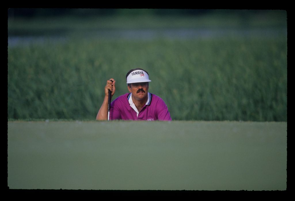 Scott Simpson squatting to line up a putt during the 1991 US Open