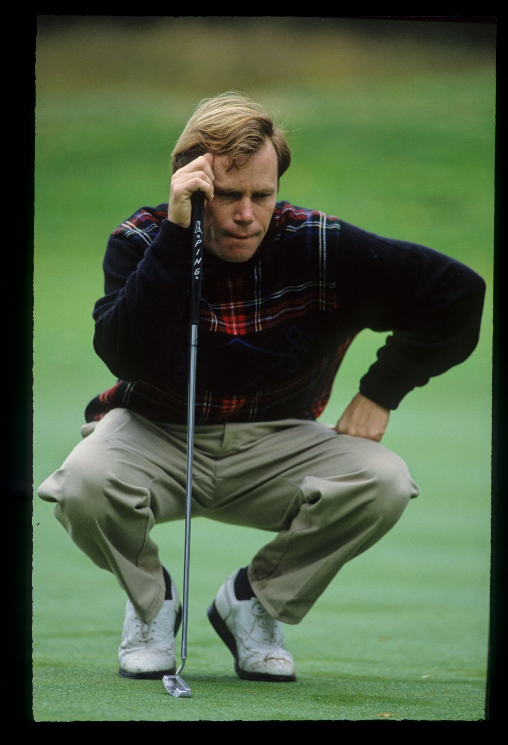 Jeff Sluman squatting to line up a putt during the 1992 Toyota World Matchplay