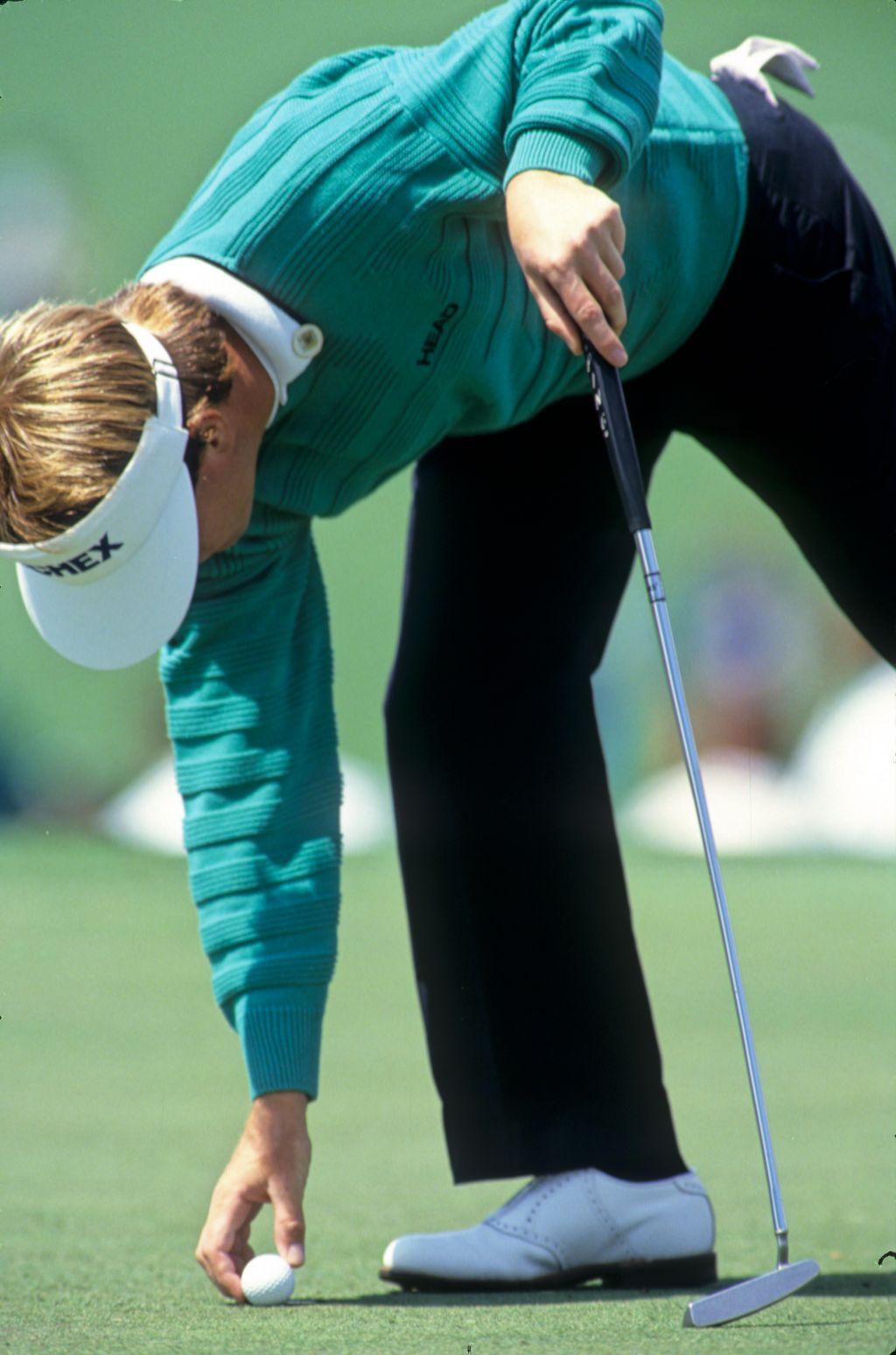 Jeff Sluman replacing his ball on the green during the 1989 Masters