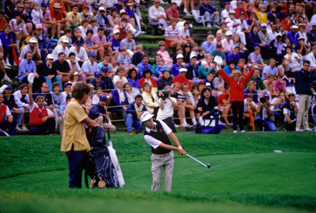 Jeff Sluman chipping to the green with a large gallery watching during the 1987 TPC