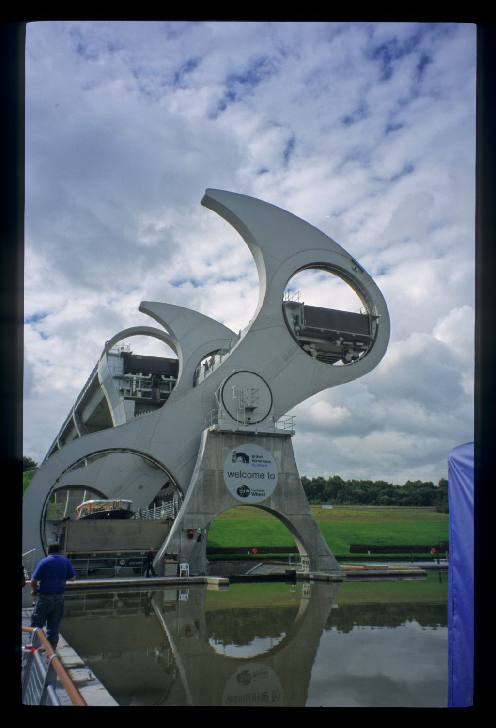 The Magnificent novelty of the Falkirk Wheel that reunites the Lowland Canals.