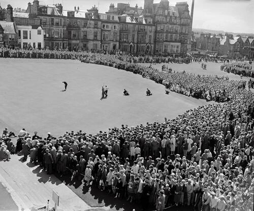 Kel Nagle's final putt for the Centenary Open Championship, the Old Course, St Andrews.