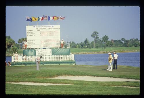 Golfer Lanny Wadkins putting on the 18th green at the 1987 USPGA Championship