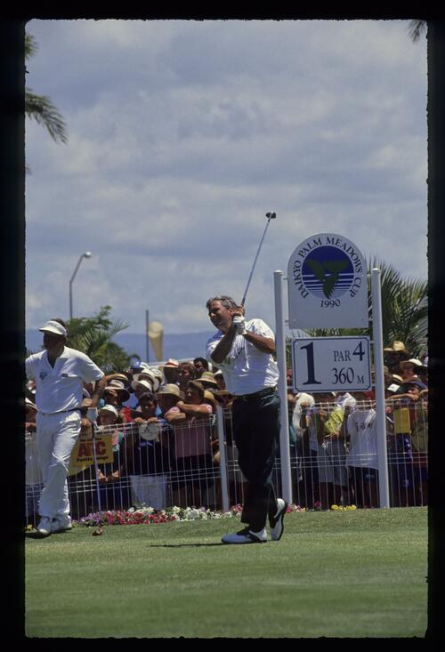 Curtis Strange tees off on the 1st hole at the 1990 Daikyo Palm Meadows Cup
