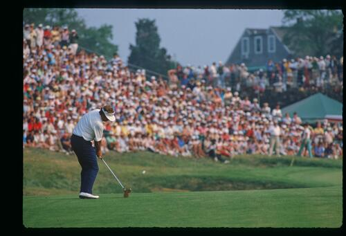Ray Floyd plays his approach shot to 18 on his way to winning the 1986 United States Open Championship