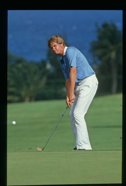 Davis Love III chips onto the green at the 1986 Kapalua International Golf Championship
