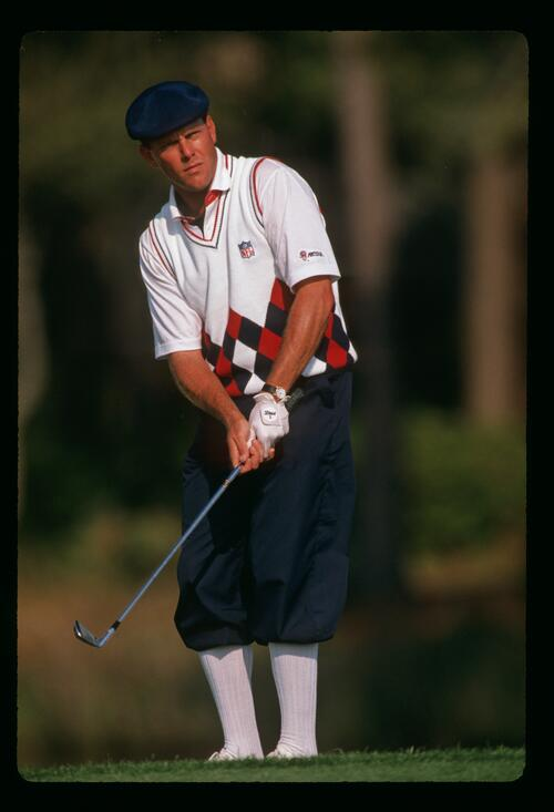 Payne Stewart prepares to play his chip shot from the fringe at the 1989 Masters Championship