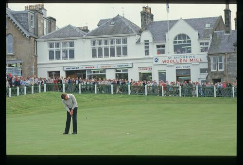 America's Lanny Wadkins holes his 10-foot putt on the 18th at St Andrews during the 1986 Dunhill Cup