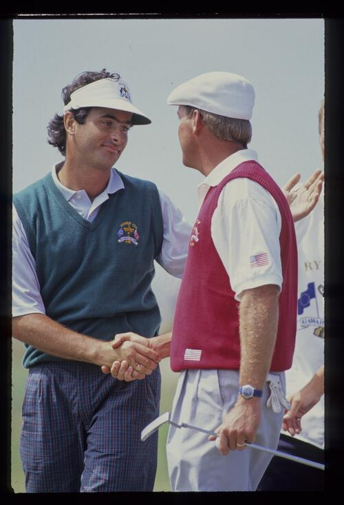 David Feherty shakes hands and commiserates with Payne Stewart having beaten him 2&1 in the final day singles of the 1991 Ryder Cup