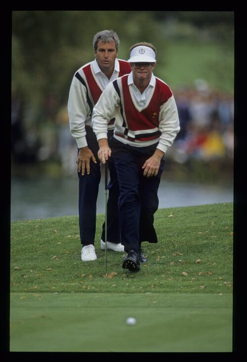 Tom Kite striding purposefully towards his putt having received the advice of Curtis Strange at the 1989 Ryder Cup