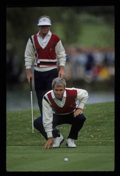 Curtis Strange taking on the role of reader as Tom Kite looms behind him at the 1989 Ryder Cup