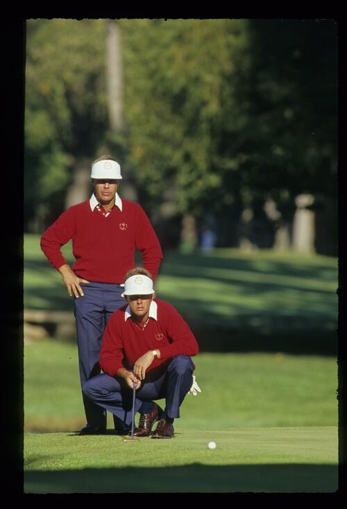 US players Ben Crenshaw and Payne Stewart collaborating over a putt from the fringe at the 1987 Ryder Cup