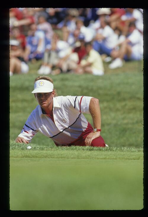 Payne Stewart laying down to study the line of a putt at the 1987 Ryder Cup
