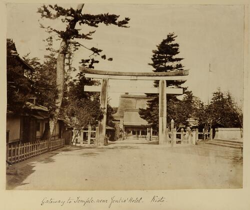 Gateway to Temple near Jentis' Hotel, Kioto