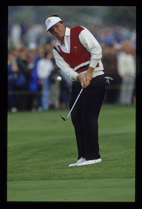 Mark Calcavecchia chipping to the green during the 1989 Ryder Cup