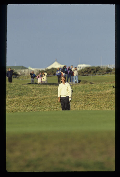 Howard Clark watching his chip closely during the 1990 Dunhill Cup
