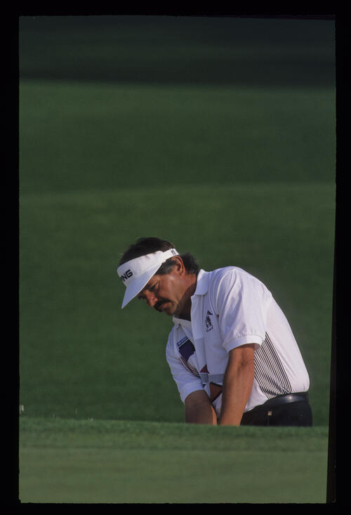 Rodger Davis chipping during the 1992 Masters