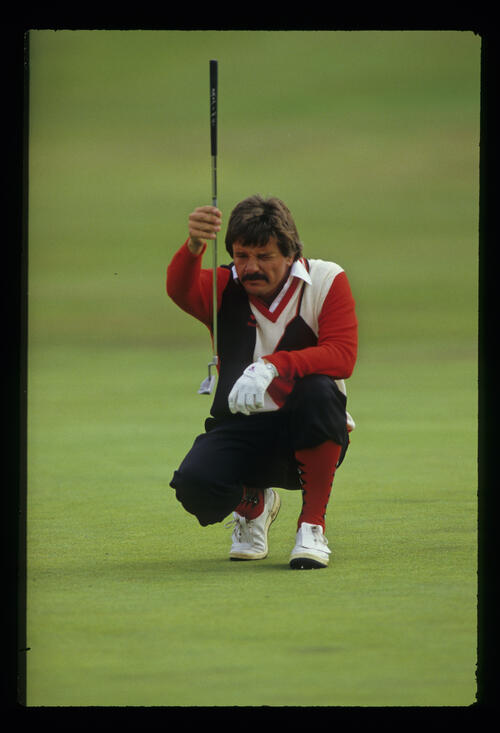 Rodger Davis plumb lining a putt during the 1986 Open Championship