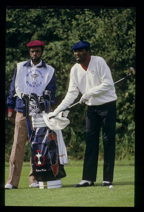 Calvin Peete drying his grip on the tee during the 1985 Ryder Cup
