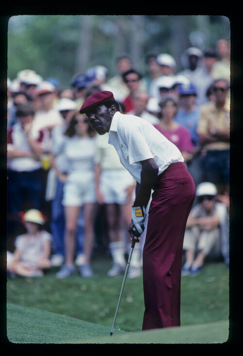Calvin Peete watching a putt closely on his way to winning the 1985 TPC