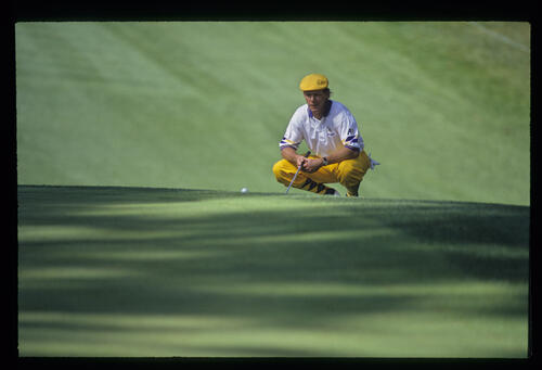 Payne Stewart lining up a long putt during the 1993 Masters