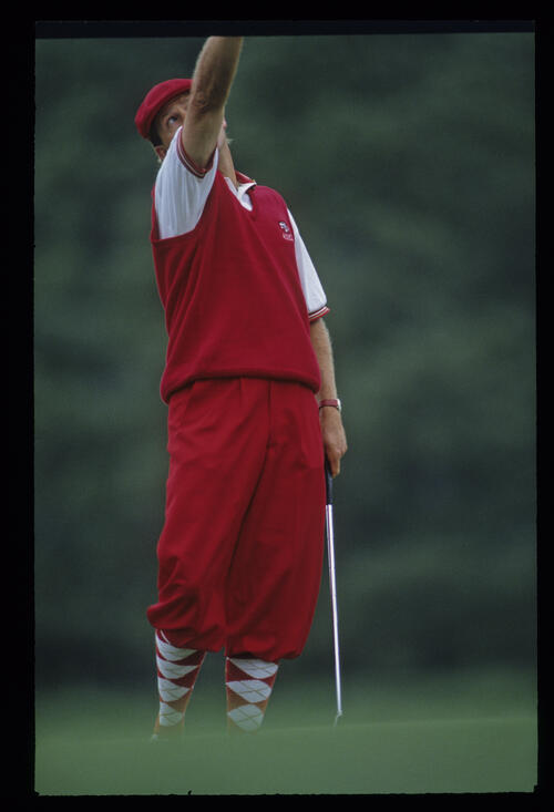 Payne Stewart pointing to the sky while showing his frustration on the green during the 1993 Masters