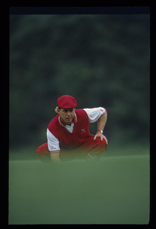 Payne Stewart crouching to line up a putt during the 1993 Masters