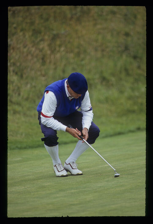 Payne Stewart in the process of crouching during the 1991 Open Championship