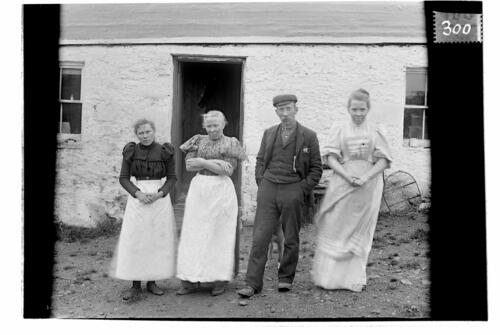 Mr Cook and family [Sliddery, Arran].