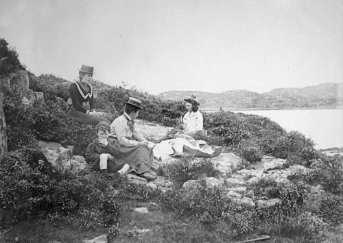 [From left ?Bella and] Fred, Jane and Ida Miller at Kyle, Skye.