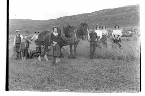[The harvest workers at Creag a Mhadaidh, Loch Sween].