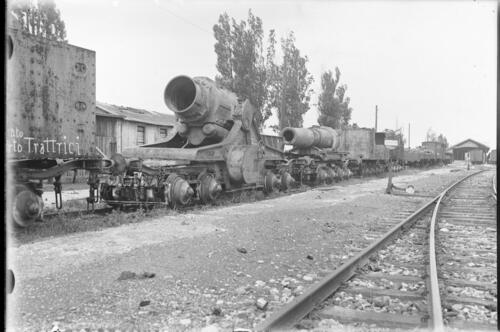 Gun loaded onto bogies awaiting transport.
