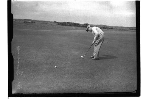 W P Turnesa (USA) putting on the Old Course, the British Amateur Championship, St Andrews.