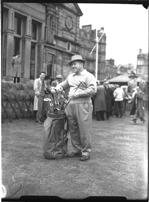 Bill Goodloe and crowd, on the Old Course before the R&A Clubhouse, the British Amateur Championship, St Andrews.