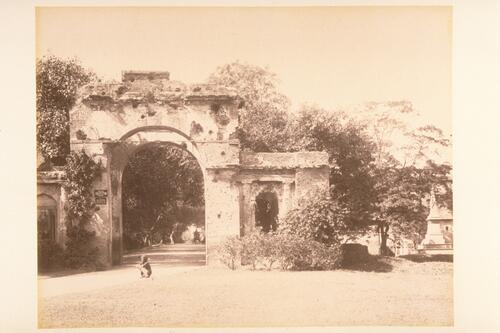 [Lucknow Residency Gate after the siege of Lucknow].