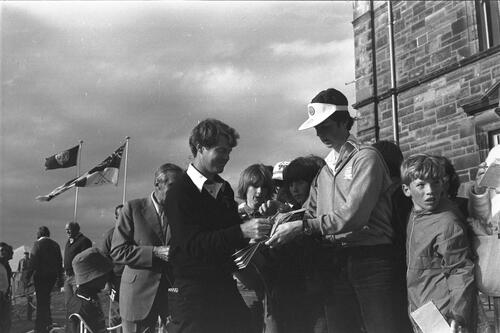 Tom Watson signs autographs.