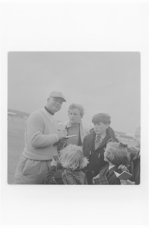 Jack Nicklaus signing autograph.